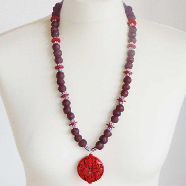 Halskette Aubergine trifft Rot von esperlt - Körperbild