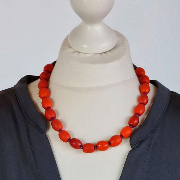 Halskette Rot und Lila von esperlt - Körperbild