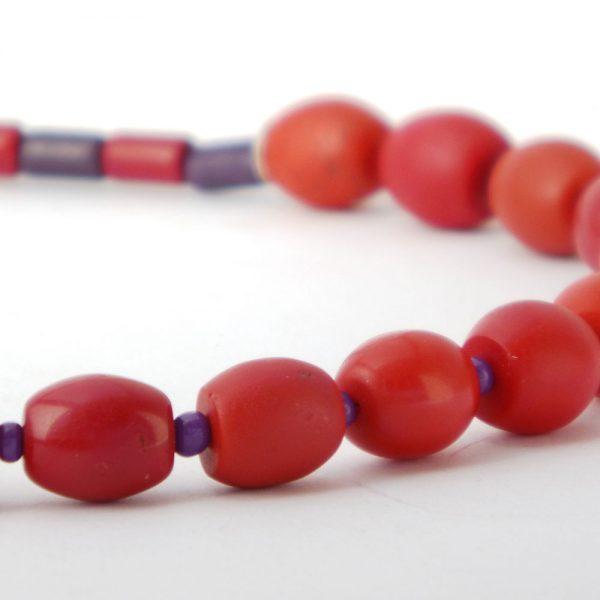 Halskette Rot und Lila von esperlt - Detail