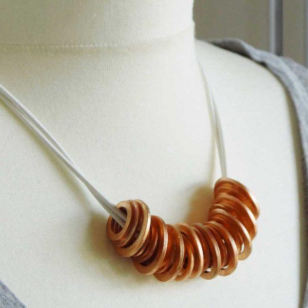 Halskette Kupferringe von esperlt - Körperbild